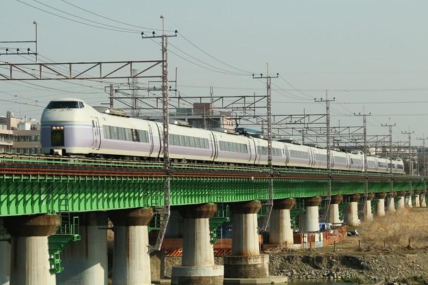 鉄橋を渡るE351系