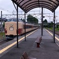 写真: 見慣れぬ、しかし懐かしい列車が接近