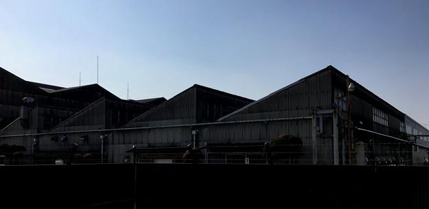 工場らしい明かり窓のある三角屋根