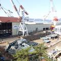 写真: 巨大船建造中