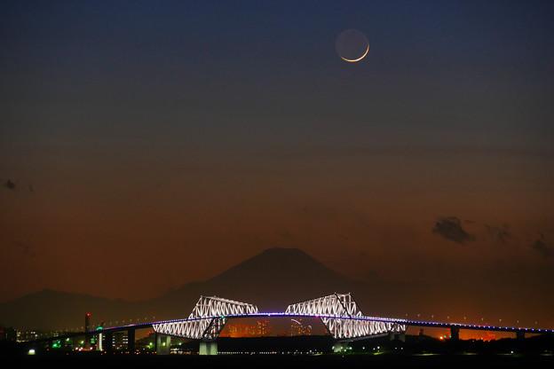 東京ゲートブリッジと富士山 月も