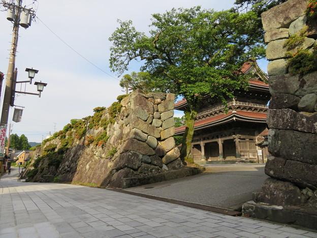 真宗大谷派 井波別院瑞泉寺(南砺市)石垣(大楼壁)