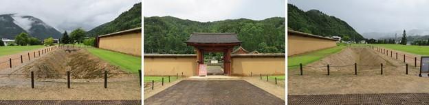 江馬氏館(飛騨市。江馬氏館跡庭園)主門・西側土塀・西堀