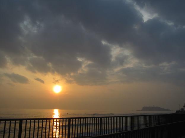 11.11.30.国道134(鎌倉市腰越)より黄昏と江の島
