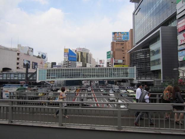 渋谷駅東口交差点歩道橋より(渋谷2丁目)北。明治通り