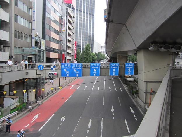 渋谷駅東口交差点歩道橋より(渋谷2丁目)東。六本木通り・3号渋谷線