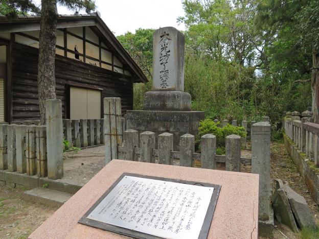吉崎御坊跡(福井県あわら市)本光坊了顕墓