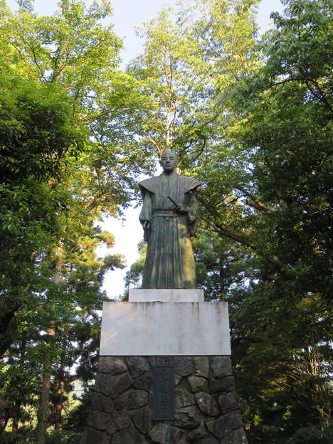 大野城/亀山公園休憩所(大野市)土居利忠公像