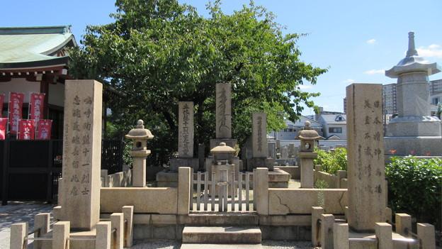 Photos: 妙国寺(堺市堺区)土佐藩士供養塔