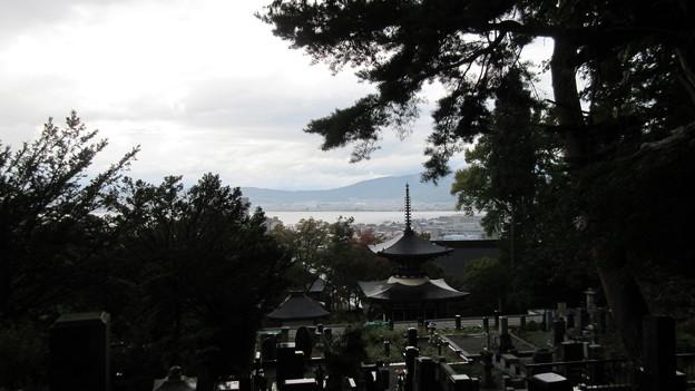 Photos: 温泉寺(諏訪市)和泉式部墓前より