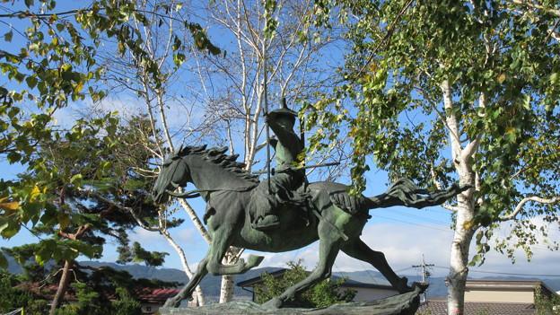 霞ヶ城跡(下諏訪町)金刺盛澄像