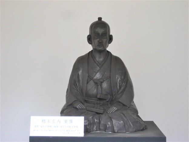 橋本左内墓 旧套堂復元(荒川区ふるさと文化館・南千住図書館前)坐像