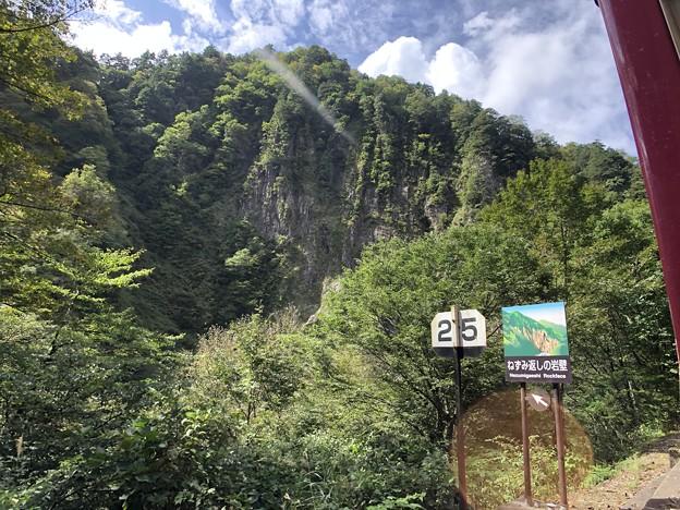 黒部峡谷鉄道 ねずみ返しの岩壁(黒部市)