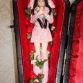 写真: J5ジェニーファッションウェアを着た棺の中のREINA