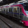 府中駅に到着した京王線系統5000系「京王ライナー『令和』ヘッドマーク」