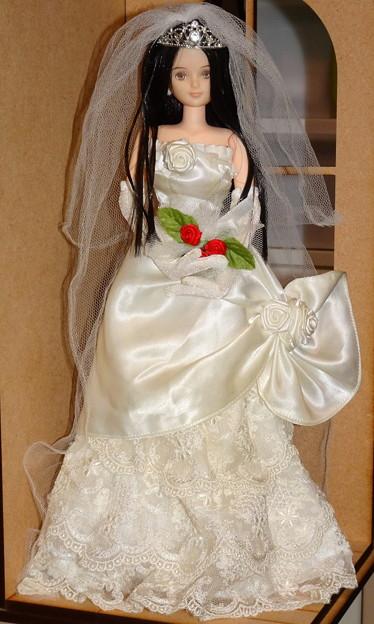 ウェディングドレスを着たREINA