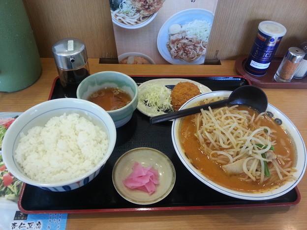 山田うどん ピリ辛味噌ラーメン ライス(大)&コロッケカレー