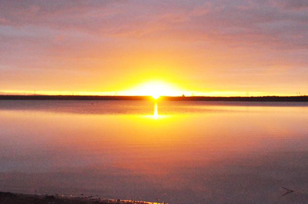 ウトナイ湖に昇る朝日