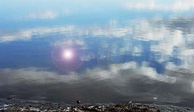 湖面に映る空