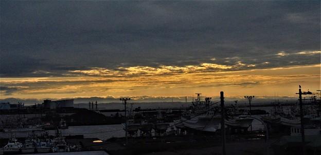 漁港の朝焼け