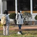 図書館前の少女たち
