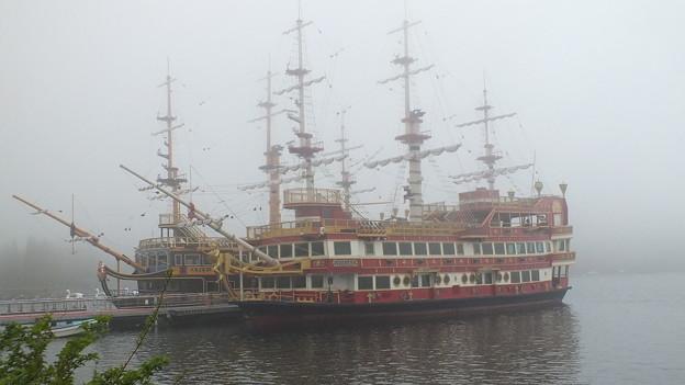 霧の箱根芦ノ湖 海賊船