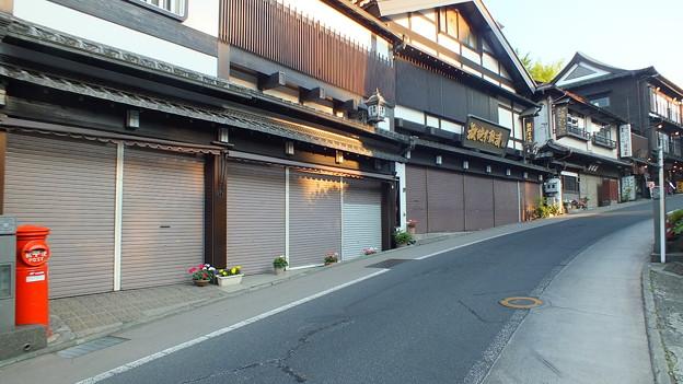 成田の坂道と丸ポスト