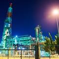 写真: 大阪国際石油精製の前で