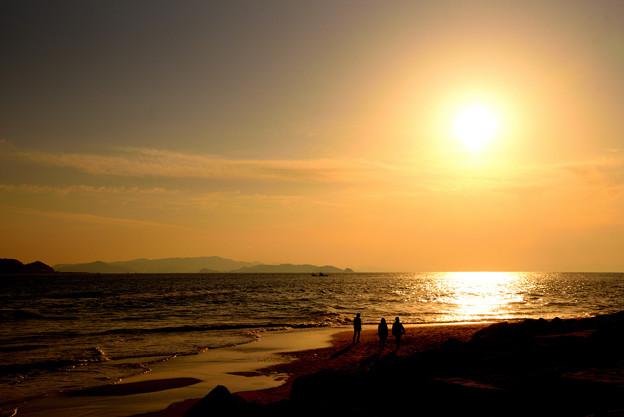 写真: 夕日と少年たち