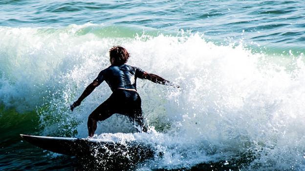 波と戯れる