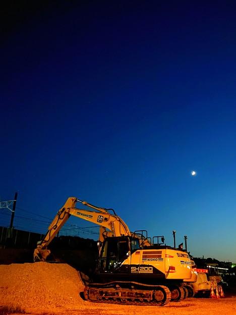工事現場の初秋 三日月
