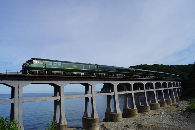 写真: JR西日本 瑞風 山陰線 宇田郷鉄橋