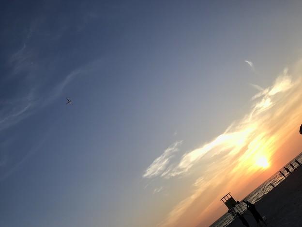 夕日と白良浜と旅立つジェット