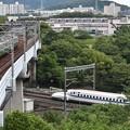 Photos: 緑あふれる中での地下鉄と新幹線の交差