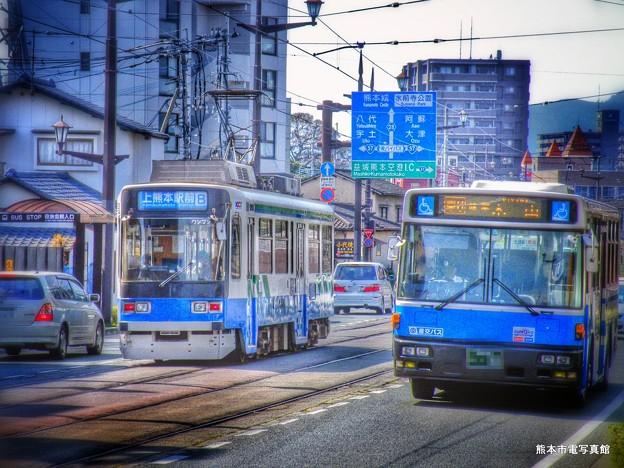 市電と産交バス。
