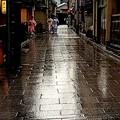 写真: 路地に降る雨