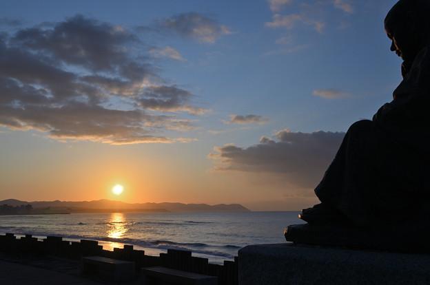 Photos: 朝日と啄木座像