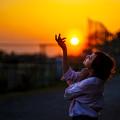 写真: 燃ゆる空を掴む