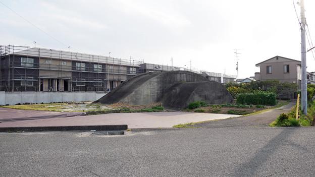 松山市の掩体壕・その壱(1)県道22号から見た全景