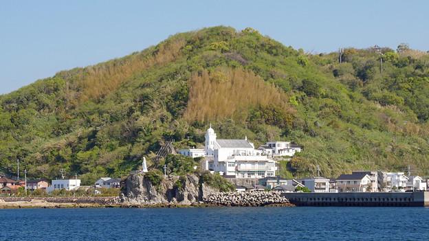 海上から見た神ノ島教会と岬の聖母像 (2)