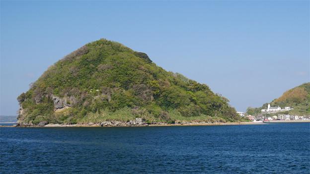 多くの信者が殉教した「高鉾島」と、神ノ島教会(軍艦島クルーズ船より写す)