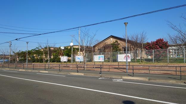東風小学校横、潤地頭給遺跡の説明板