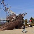 写真: 難破船とおじいちゃん