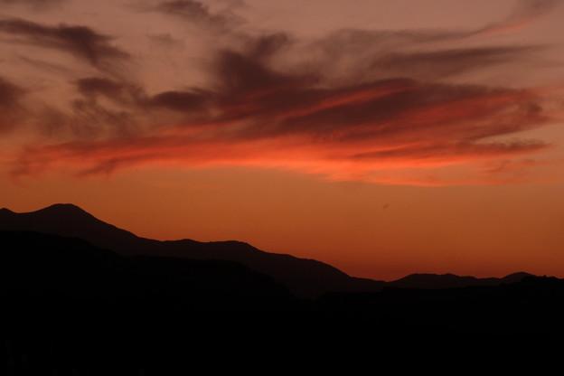 山並みのシルエットに浮かぶ雲