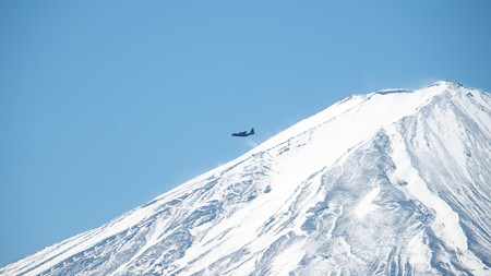 自衛隊機と富士山