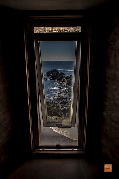 写真: 潮岬灯台、螺旋階段より望む。
