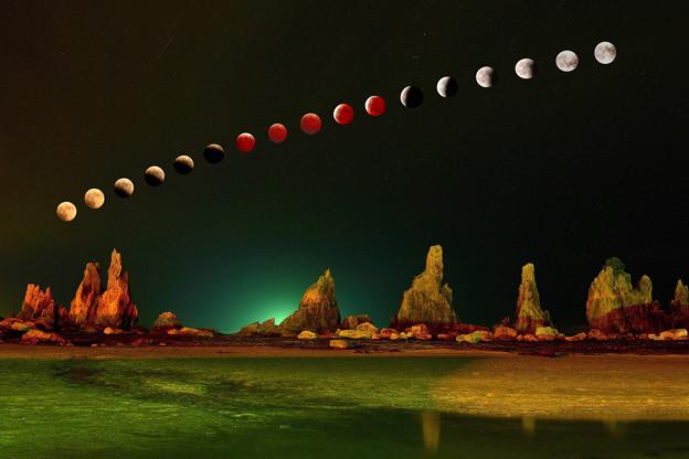 写真: 皆既月食。橋杭岩
