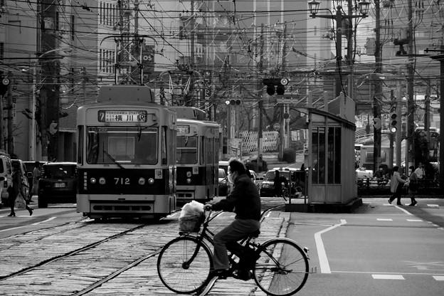 自転車で横切る人