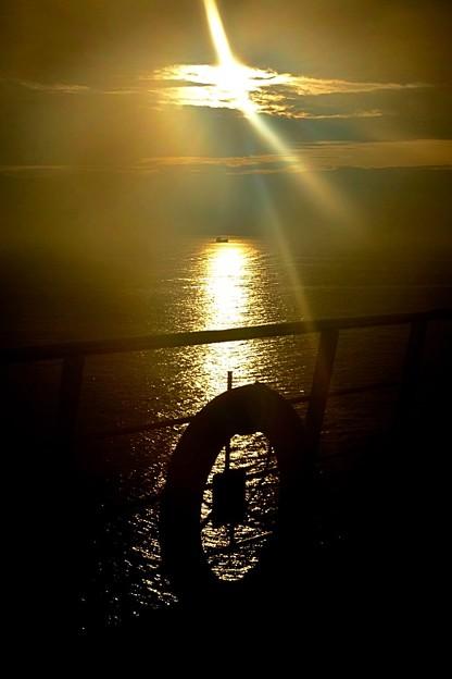 船上の朝日を浴びて♪~