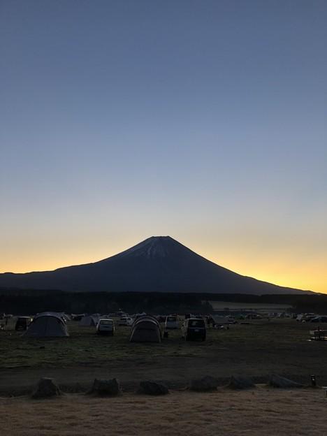 ふもとっぱらで富士山を背に昇る朝日